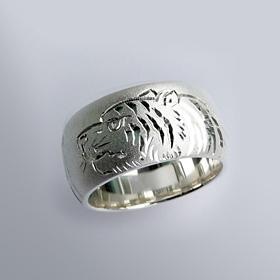 銀製和彫り リング 地の虎