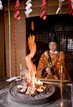 このブレスレットには『最勝王法神道大護摩』と呼ばれる祈祷術が施されています